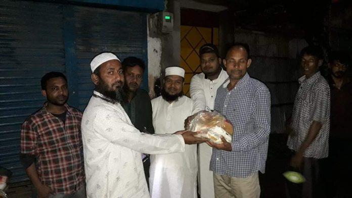 শতাধিক পরিবারকে ঈদের খাদ্য উপহার দিল আমরা ক'জন