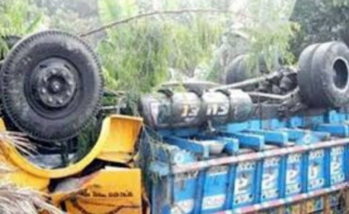 রংপুরে রডবোঝাই ট্রাক উল্টে ৪ শ্রমিক নিহত