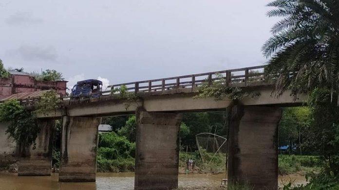 শায়েস্তাগঞ্জে ঝুঁকিপূর্ণ সেতু দিয়েই, চলাচল করছে যানবাহন